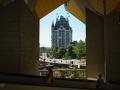 Doorkijk via de Kubuswoningen naar Het Witte Huis. Het Witte Huis is de naam van een gebouw in Rotterdam dat een tijdlang het hoogste kantoorgebouw van Europa is geweest. Het heeft in 1940 als een van de weinige gebouwen in het stadscentrum het bombardement op Rotterdam doorstaan. In de jaren 1990 werd het zoveel als mogelijk in de oorspronkelijke staat teruggebracht (gevels en dak). Het was de eerste wolkenkrabber van Rotterdam en wordt door sommigen ook als eerste wolkenkrabber in Europa beschouwd. (juli 2018)