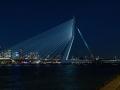 """De Erasmusbrug is naast de Willemsbrug de tweede brug over de Nieuwe Maas in het centrum van Rotterdam in de Haven van Rotterdam en is vernoemd naar de Nederlandse priester en humanist Erasmus. De brug verbindt de wijk Kop van Zuid met het centrum aan de noordzijde van de rivier.  De Erasmusbrug is ontworpen door Ben van Berkel (UNStudio) en opgeleverd in 1996. De 284 meter lange tuibrug heeft een 139 meter hoge geknikte asymmetrische stalen pyloon. Hieraan dankt de brug de bijnaam """"De Zwaan"""". Tussen de Kop van Zuid en de pyloon is er een 89 meter lange basculebrug voor schepen die niet onder de tuibrug door kunnen. Deze basculebrug is de grootste en zwaarste basculebrug in West-Europa. (september 2018)"""