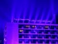 Blauwe skyline op Glow in the Dark Eindhoven. De lucht kleurde blauw dit jaar in Eindhoven tijdens GLOW 2018. Het lichtkunstproject 'Something Blue' van de Finse lichtkunstenaar Kari Kola, zette de hele skyline iedere avond in een diep blauw licht. (november 2018)