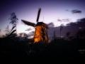 Kinderdijk. Wereld erfgoed. In de Verlichtingsweek lichten de molens tussen 20.00 en 23.00 uur op als bakens in de duisternis, omdat ze alle negentien letterlijk in de schijnwerpers staan. (september 2018)