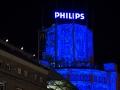 De Lichttoren, een baken van onverwoestbaar beton en iconisch, industrieel erfgoed van Eindhoven. Muziek, licht en schaduw bouwen hier samen aan een magische illusie die dit erfgoed reflecteert. De Lichttoren lijkt het ene moment vederlicht, later weer gewichtig en haast majestueus. Een fascinerende ode aan wat schaduw en licht teweeg kunnen brengen. Oude glorie in herinnering brengen en toekomstvisioenen prijsgegeven. Licht maakt schaduw, maakt licht. De Lichttoren is een rijksmonument. Hier vonden continue levensduur proeven met gloeilampen plaats. Later werd het pand omgevormd tot het hoofdkantoor van de lichtdivisie. De Lichttoren is een bijzonder gebouw, zeker ook in architectuur historische zin. Zijn functionaliteit, efficiëntie, toepassing van beton, glas en metaal maken het een waar toonbeeld van de stad. (november 2018)