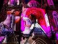 Glow in the Dark. Sint-Catharinakerk Eindhoven. Virtuele dansers bestaand uit geometrische vormen leiden de kijker door de film en reageren op de gevel van de Catharinakerk. (november 2018)
